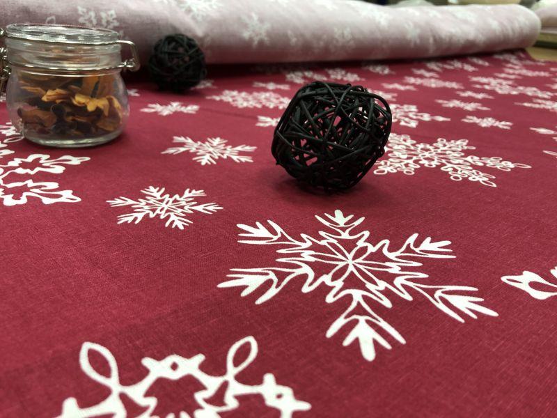 150 см. Новогодняя ткань с рисунком Кружевные снежинки
