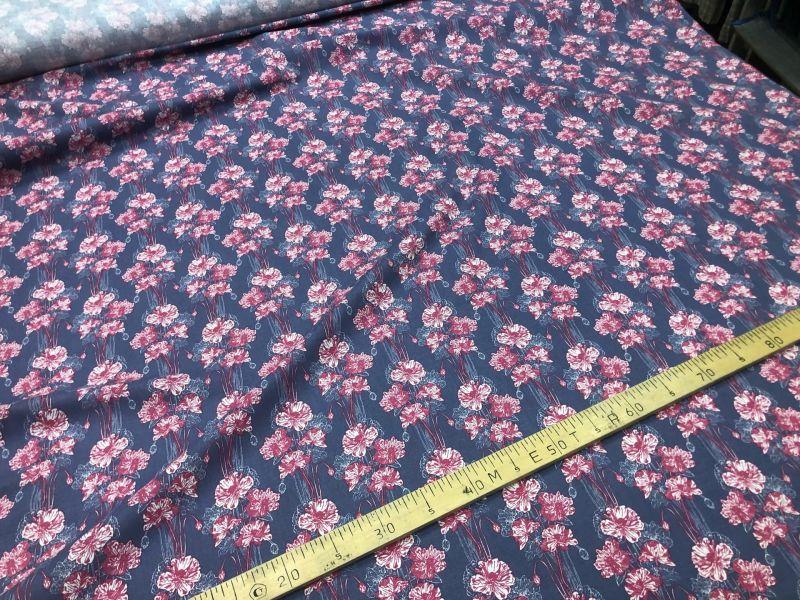 150 см. Ткань с модным красным принтом Red flowers
