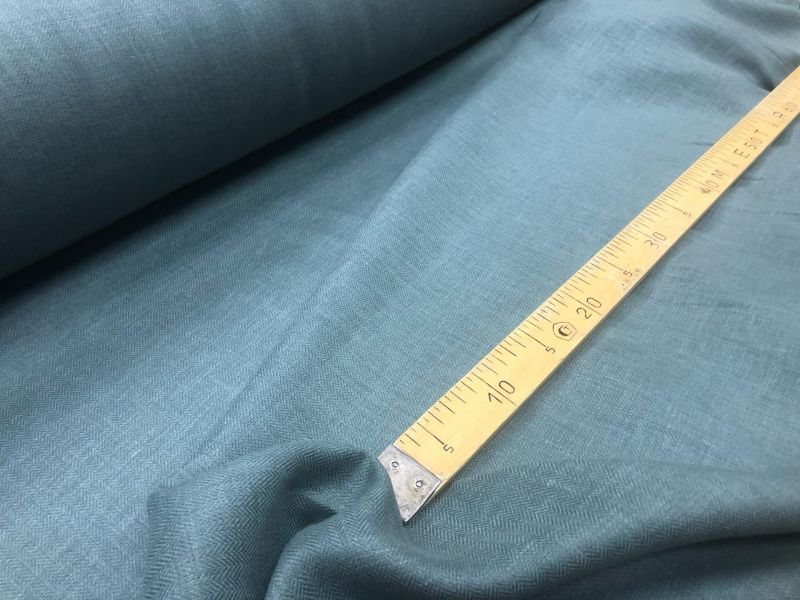 150 см. Изумрудная льняная ткань в елочку